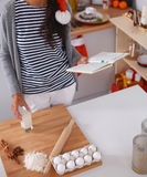 Het gelukkige jonge vrouw gelukkig glimlachen hebbend pret met Kerstmisvoorbereidingen die Kerstmanhoed dragen Stock Afbeeldingen