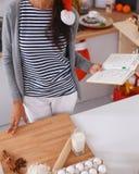 Het gelukkige jonge vrouw gelukkig glimlachen hebbend pret met Kerstmisvoorbereidingen die Kerstmanhoed dragen Royalty-vrije Stock Afbeelding