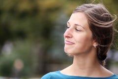 Het gelukkige jonge vrouw glimlachen stock fotografie