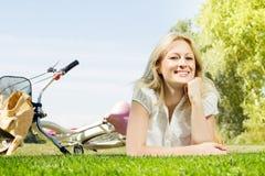 Het gelukkige jonge vrouw ontspannen Royalty-vrije Stock Foto's