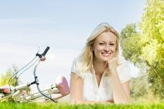 Het gelukkige jonge vrouw ontspannen Royalty-vrije Stock Foto