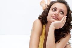 Het gelukkige jonge vrouw ontspannen op de vloer royalty-vrije stock foto