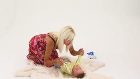 Het gelukkige Jonge Vrouw Spelen met Haar Kleine Babyjongen stock footage