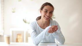 Het gelukkige jonge vrouw vlogger het golven hand spreken die camera bekijken stock footage