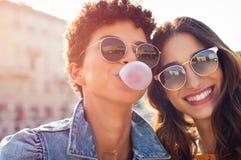 Het gelukkige jonge vrouwen openlucht genieten van stock foto