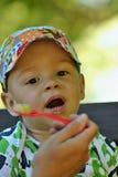 Het gelukkige jongen eten Stock Fotografie