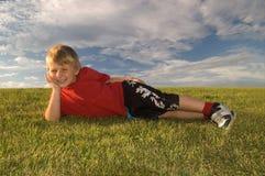 Het gelukkige jongen ontspannen Stock Afbeeldingen