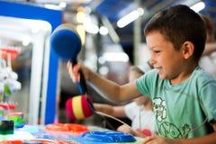 Het gelukkige jongen spelen Stock Foto's