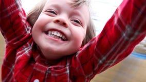 Het gelukkige jongen spinnen stock footage