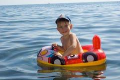 Het gelukkige jongen zwemmen Stock Fotografie