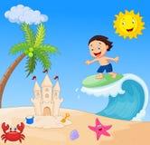 Het gelukkige jongensbeeldverhaal surfen Royalty-vrije Stock Afbeeldingen