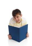 Het gelukkige jongenslezing leren stock afbeeldingen