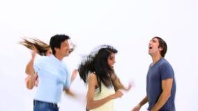 Het gelukkige jongeren dansen stock video