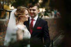 Het gelukkige jonggehuwdepaar die in openlucht in oude Italiaanse straat koesteren, is Royalty-vrije Stock Fotografie
