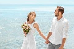 Het gelukkige jonggehuwdepaar lopen Stock Afbeelding