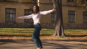 Het gelukkige Kaukasische Brunette van Nice maakt Bewegingen en Mancing natuurlijk terwijl Openlucht het Gaan op Alleen Sunshines stock video