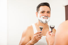 Het gelukkige kerel scheren van zijn baard stock fotografie