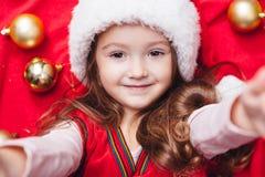 Het gelukkige Kerstmismeisje doet een selfie Royalty-vrije Stock Foto