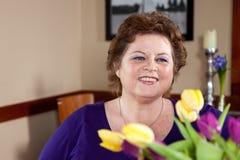 Het gelukkige kijken vrouw in een restaurant stock fotografie
