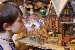 Het gelukkige kind bewondert verhaal Stock Foto's