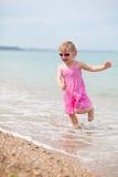 Het gelukkige kind lopen Stock Fotografie