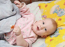 Het gelukkige kind met een model Stock Foto's
