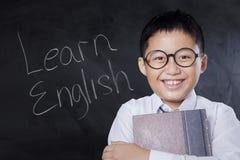 Het gelukkige kind met tekst leert het Engels Stock Afbeeldingen