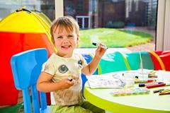 Het gelukkige kind schilderen royalty-vrije stock foto