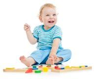 Het gelukkige kind spelen stock foto