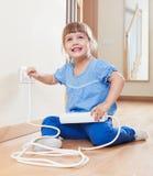 Het gelukkige kind spelen met elektriciteit thuis royalty-vrije stock fotografie