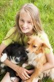 Het gelukkige kind spelen met honden Stock Foto