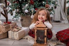 Het gelukkige kind spelen met lamp De achtergrond van Kerstmis royalty-vrije stock afbeelding