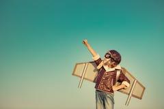 Het gelukkige kind spelen met stuk speelgoed vliegtuig