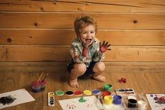 Het gelukkige kind spelen met verven Jong geitje het gelukkige leren en spelen royalty-vrije stock fotografie