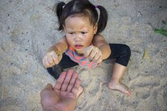 Het gelukkige kind spelen met zand, Grappige Aziatische familie in een park royalty-vrije stock foto