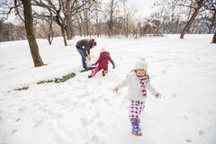 Het gelukkige Kind Spelen op Sneeuw in het Park bij de Winterdag royalty-vrije stock afbeeldingen