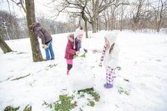 Het gelukkige Kind Spelen op Sneeuw in het Park bij de Winterdag stock fotografie