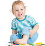 Het gelukkige kind spelen op wit stock fotografie