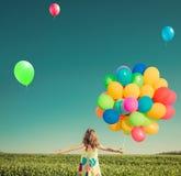 Het gelukkige kind spelen in openlucht op de lentegebied royalty-vrije stock afbeeldingen