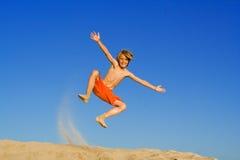 Het gelukkige kind springen royalty-vrije stock fotografie