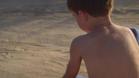 Het gelukkige kind springt op alle fours in steppestof en zand, vrij spel stock footage