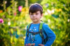 Het gelukkige kind van de mulatjongen glimlacht het genieten van het van goedgekeurde leven Portra royalty-vrije stock foto's