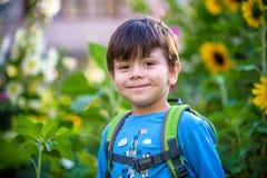 Het gelukkige kind van de mulatjongen glimlacht het genieten van het van goedgekeurde leven Portra stock foto's