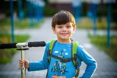 Het gelukkige kind van de mulatjongen glimlacht het genieten van het van goedgekeurde leven Portra stock fotografie