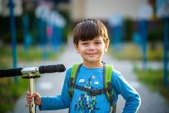 Het gelukkige kind van de mulatjongen glimlacht het genieten van het van goedgekeurde leven Portra stock afbeelding