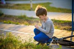 Het gelukkige kind van de mulatjongen glimlacht het genieten van het van goedgekeurde leven Portra stock afbeeldingen
