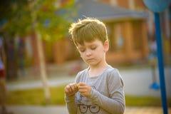 Het gelukkige kind van de mulatjongen glimlacht het genieten van het van goedgekeurde leven Portret van jonge jongen in aard, par stock fotografie