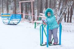 Het gelukkige kind van het jong geitjemeisje in openlucht in de winter het spelen Royalty-vrije Stock Afbeeldingen