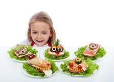 Het gelukkige kind vindt de sandwiches Stock Afbeeldingen