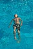 Het gelukkige kind zwemt in de pool Stock Fotografie